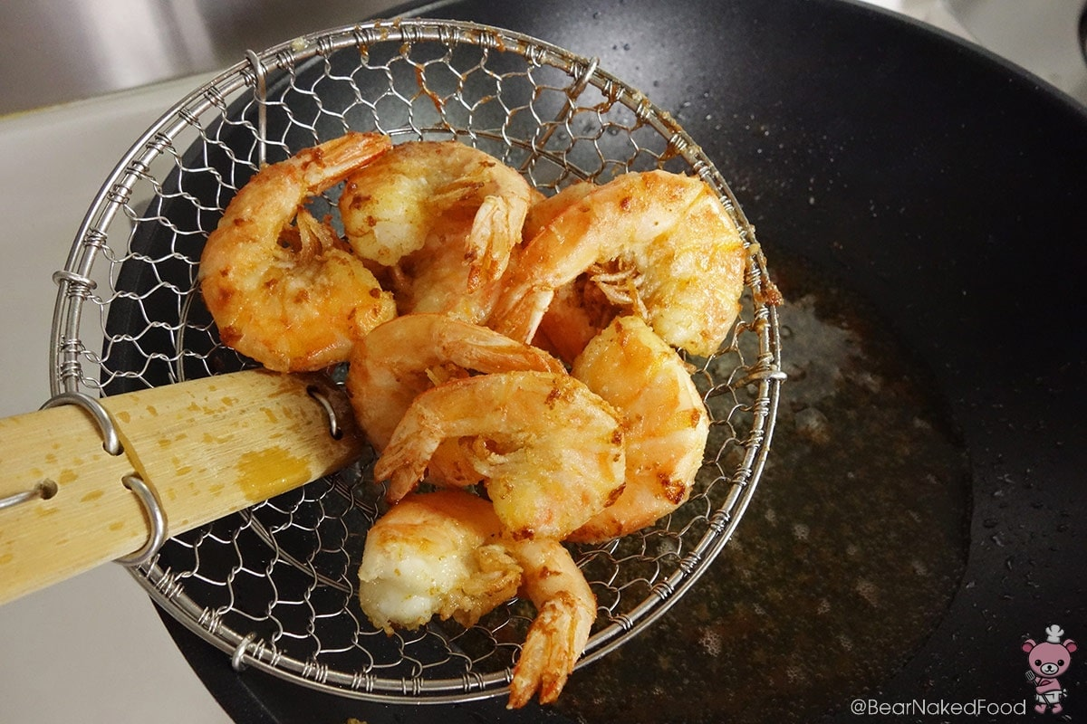 fried prawns in hot oil